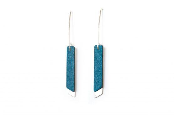 Anne Sancey, boucles d'oreilles cuir bleu 5mm