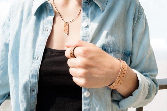 Anne Sancey - bracelet cuir tatoué écailles porté