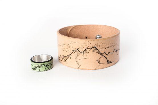Anne Sancey - bracelet et bague tatoués motif Montagne