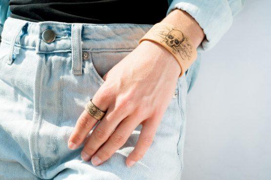 Anne Sancey - bracelet et bague tatoués motif Crâne