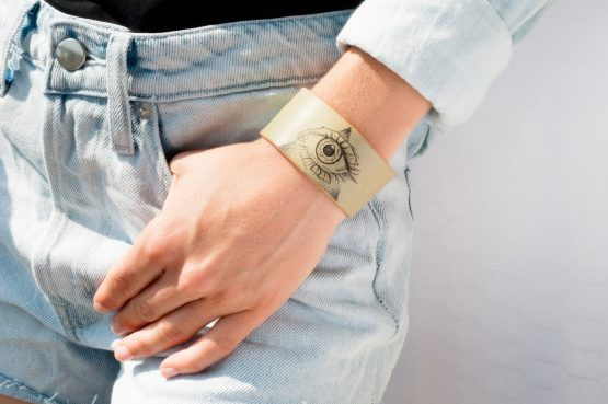 Anne Sancey - bracelet tatoué motif Oeil