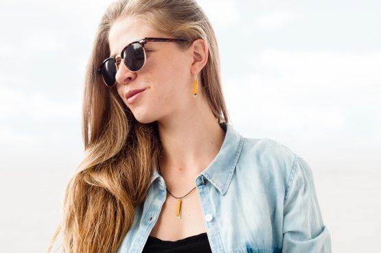 Anne Sancey, boucles d'oreilles et collier cuir jaune 5mm